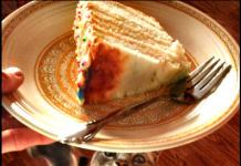 Chat gourmand et gâteau