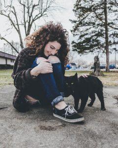 Rencontre entre humain et chat noir